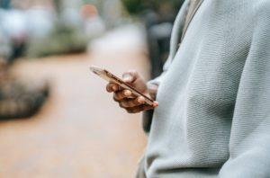 Eine Person hält ein Smartphone